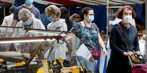 Coronavirus : des gens portant un masque font leur marché à Paris, le 29 août 2020
