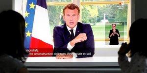 Coronavirus : une famille regarde le président Emmanuel Macron lors de son allocution télévisée le 14 juin 2020