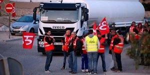 Des routiers bloquent la raffinerie Total de La Mede à Fos-sur-mer, en France, le 25 septembre (code du travail, dépôt de carburant)