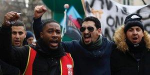 Des syndicalistes et travailleurs en grève assistent à une manifestation contre le projet de réforme des retraites, le 26 décembre 2019 à Paris