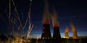 EDF, Cattenom près de Thionville, nucléaire, tour de refroidissement, vue de nuit, vapeur, énergie, production d'électricité, Areva, écologie, démantèlement, lobby, CEA, France,