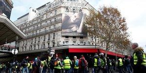 Gilets jaunes: les grands magasins parisiens ouvrent samedi