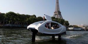 Le taxi volant de la startup franCaise SeaBubbles vole au-dessus de la Seine, A Paris, durant une dEmonstration, le 22 mai 2018