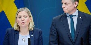 Magdalena Andersson, ministre suédoise des Finances, en présence de Per Bolund, ministre suédois des Marchés financiers et de la Consommation, lors d'une conférence de presse le 30 mars 2020