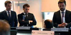 Olivier Véran, le ministre de la Santé, et Emmanuel Macron, au Centre opérationnel de régulation et de réponse aux urgences sanitaires et sociales.